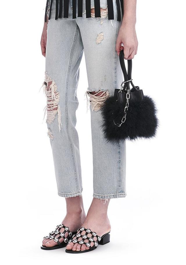 Alexander Wang 'Roxy' nevű táskája marabu tollból és ezüstfehér ródiumból készült. Egy ilyen kis méretű táskáért 695 dollárt, kb.195 ezer forintot kérnek a márkánál.