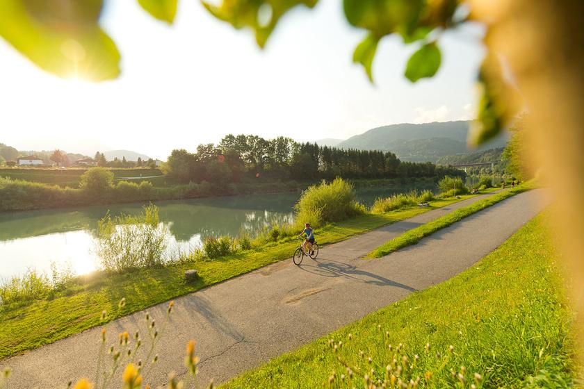Az Alpok-Adria kerékpárút Karintián és Szlovénián át a tengerig vezet egy páratlan hegy- és tóvidéken.