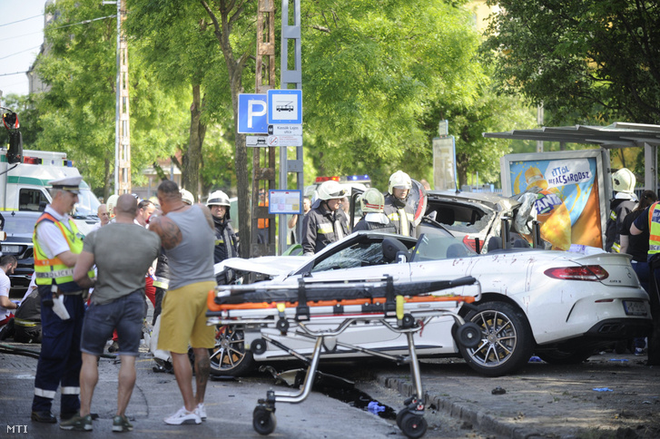 A balesetben összeroncsolódott autók a Dózsa György úton