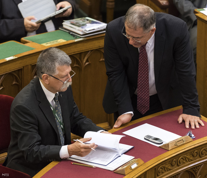 Kövér László házelnök és Kósa Lajos a Fidesz frakcióvezetője az Országgyűlés plenáris ülésén 2017. május 16-án.