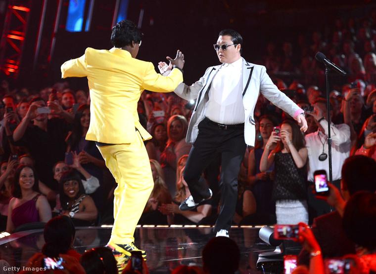 Egy évvel később pedig a YouTube-sztár Psy is fellépett a gálán az akkori műsorvezetővel, Tracy Morgannel.