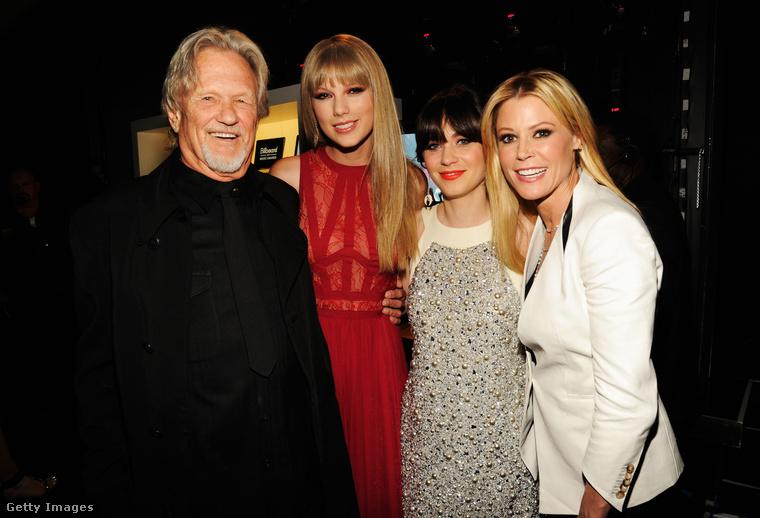 Ez pedig egy sajátos csoportkép az öt évvel ezelőtti díjátadóról: Kris Kristofferson country énekes és Taylor Swift mellett Zooey Deschanel és Julie Bowen mosolyog a kamerának.
