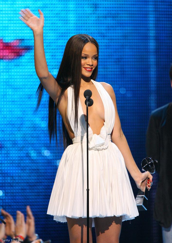 Rihanna visszafogott, de mégis sokat mutató, fehér szettel tűnt ki a tömegből
