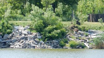 Sírköveket borítottak a Tisza-partra Csongrádnál