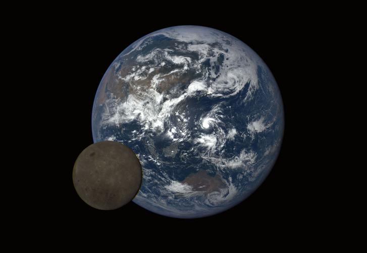 Ausztrália és Ázsia látszik a Holddal az előtérben, a képet a NASA egyik műholdja készítette 2016-ban.
