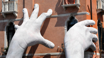 Mit jelentenek a velencei óriási kezek?