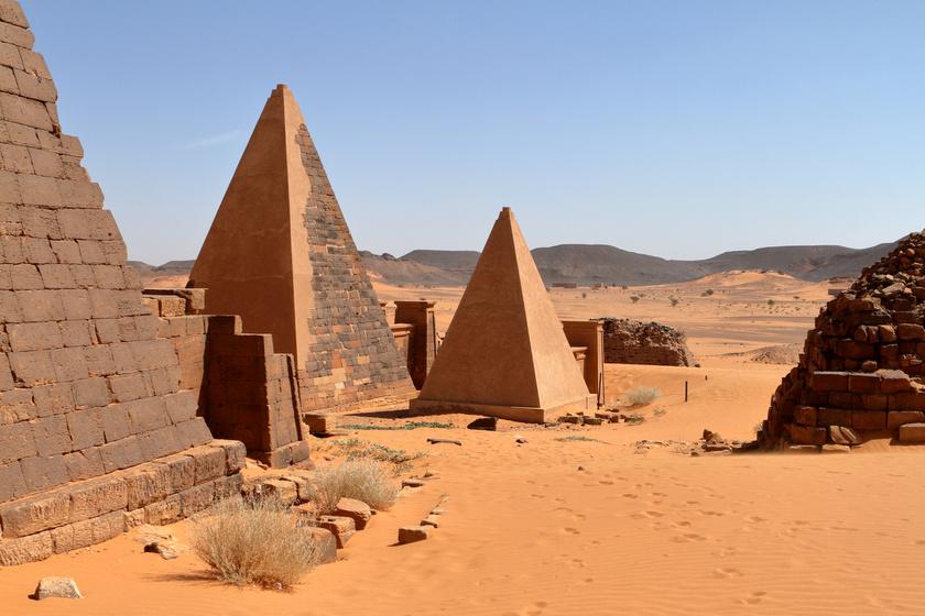 Csak Meroé több mint kétszáz piramisból áll, melyek egy része az elit, mások a királyok és királynők temetkezési helyeként szolgáltak.