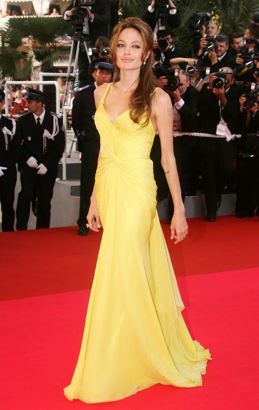 Angelina Jolie a 2007-es filmfesztivál legszebbje volt merész, sárga Emanual Ungaro ruhájában.