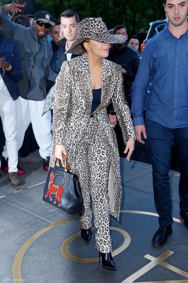 1 milliós Gucci táska, kalap és állatmintás nadrágkosztüm New Yorkban.