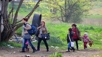 Kiskorú menedékkérők vesztegelnek a határon