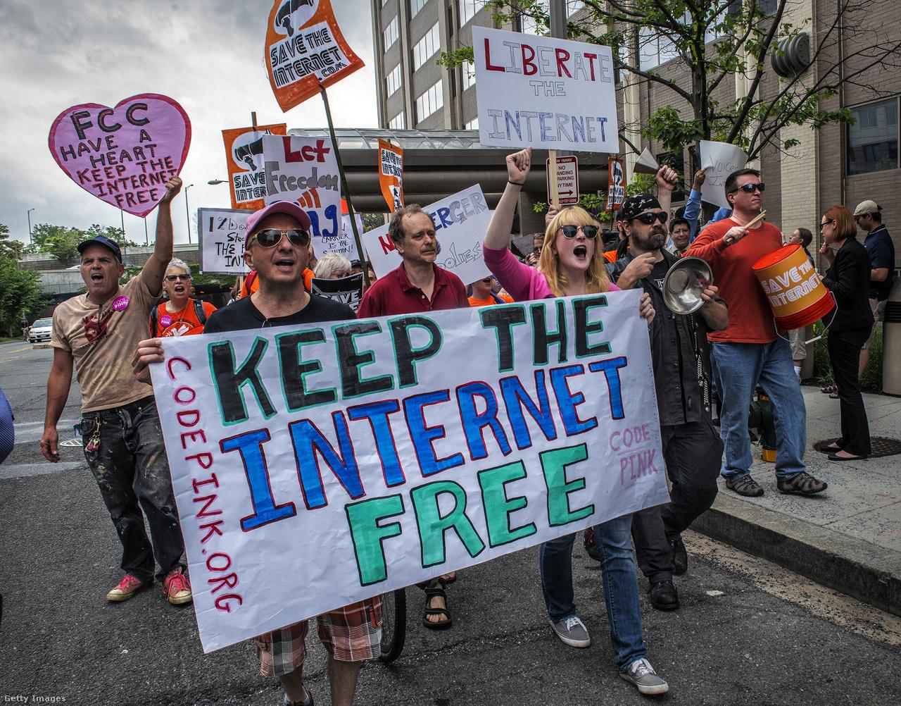 Az FCC ülése alatti tiltakozók a szabad internet mellett, 2014-ben Washingtonban.