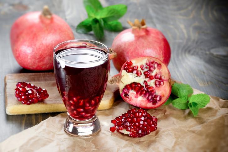 A gránátalmalé rendkívül egészséges: mivel elkészítéséhez több gyümölcs is kellene, praktikusabb készen megvenni, azonban bátran kiegészítheted friss magokkal.