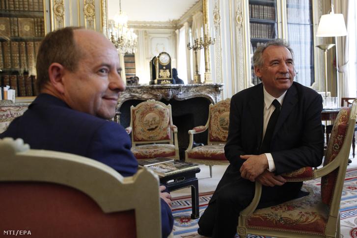 Jean-Jacques Urvoas távozó francia igazságügyi miniszter és utódja, Francois Bayrou