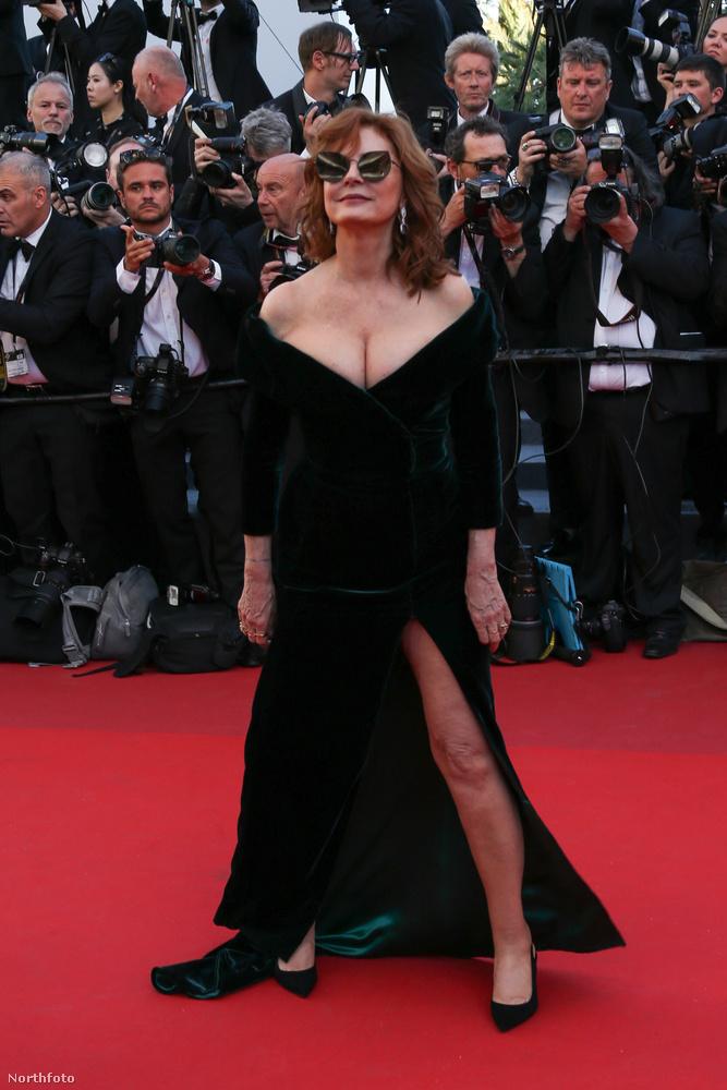 És reméljük csak viccből, de a gigadekoltázs mellé, még egy Angelina Jolie lábat is produkált.