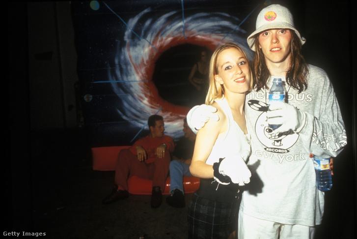 Hardcore raverek egy londoni partin, 1990.