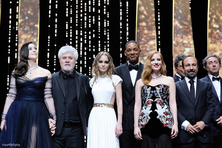 A ceremóniamester színésznő mellett balról jobbra Pedro Almodovar zsűrielnök, Lily-Rose Depp modell és a zsűritagok: Will Smith, Jessica Chastain és Asghar Farhadi filmrendező