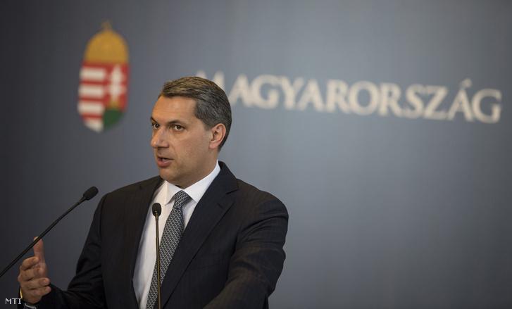 Lázár János a Miniszterelnökséget vezető miniszter szokásos heti sajtótájékoztatóját tartja az Országházban 2017. május 18-án.
