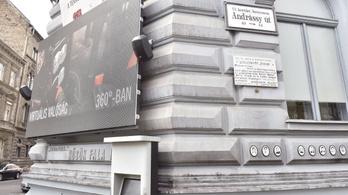 720 ezer forintra büntették a Terror Házát festékkel megdobáló férfit