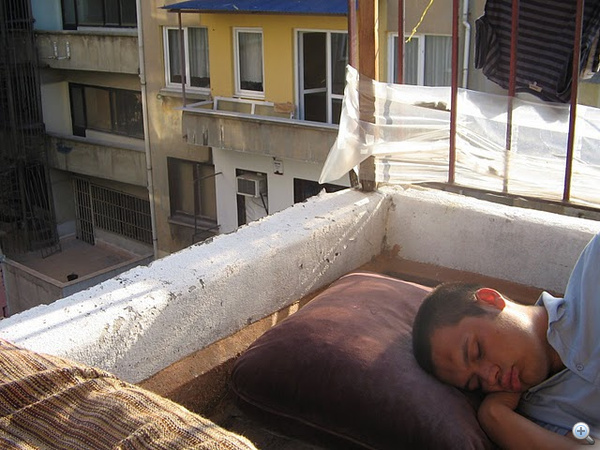 Aludni mindenhol lehet