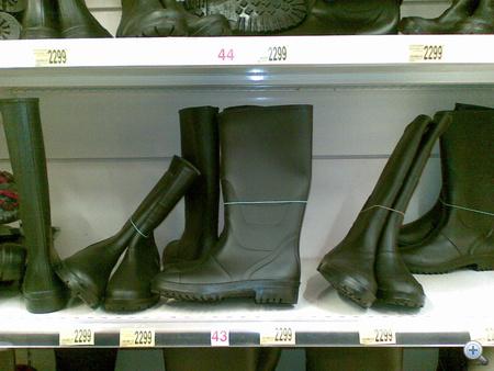 Auchan: a legegyszerűbb gumicsizma 2299 forintba kerül.