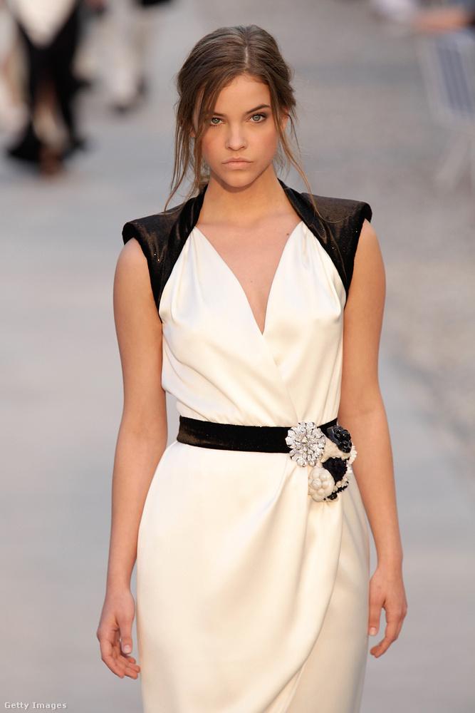 Összehasonlításként egyébként így nézett ki Palvin Barbi 2010-ben egy Chanel bemutatón, mikor annyi idős volt a francia modell.
