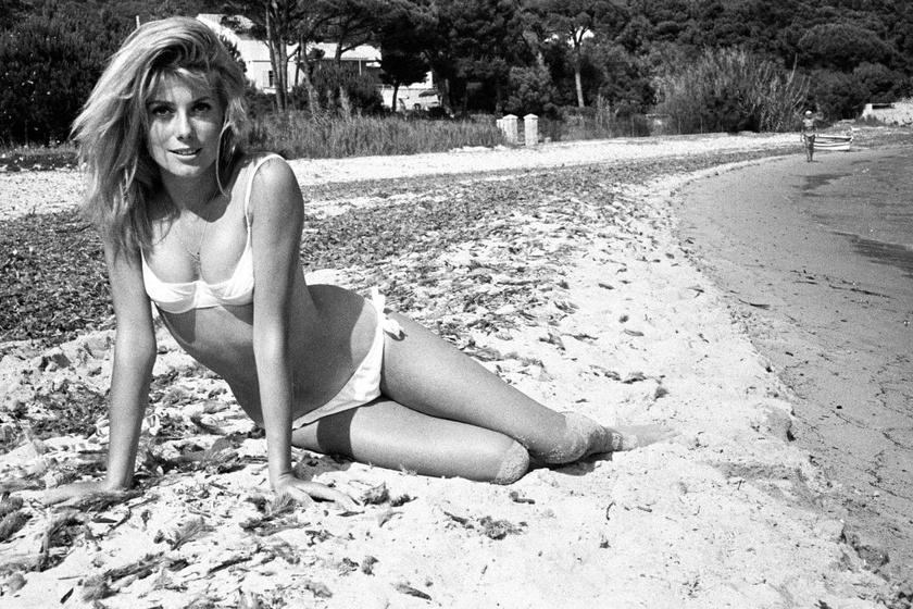 A 19 éves Catherine Deneuve így strandolt Saint-Tropez tengerpartján 1962-ben.