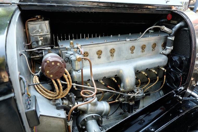 Ha már annyit beszéltünk róla: itt egy nyolchengeres, húszas évek végi Bugatti-blokk