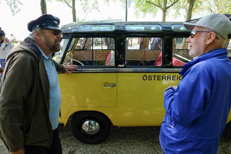 Balra a tulajdonos, Robitsch, akiről a vehemens belépő után kiderült, hogy egy végtelen barátságos csávó, de mellesleg rettentően büszke a buszára