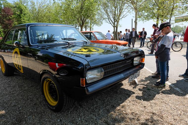 Talán az egyik legérdekesebb autó a versenyen a kívülről egyik legszerényebb volt, hiszen csupán egy Opel Rekord C-t látunk, fekete színben, sárga lemezkerekekkel...