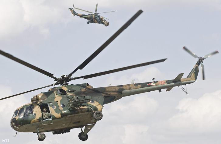 Mi-17 (elöl) és Mi-24-es harci helikopter harcászati bemutatója a Kecskeméti Légibázison.