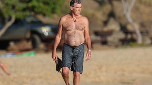 Ha James Bond akar lenni, legyen a parton nyuggerkedő és smároló Pierce Brosnan!