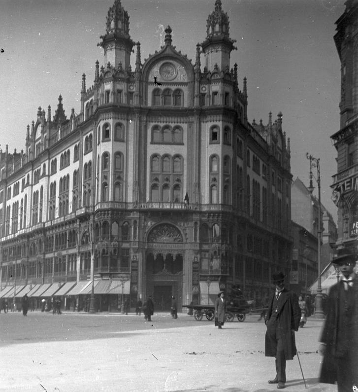 A frissen átadott Párisi udvar 1912-ben