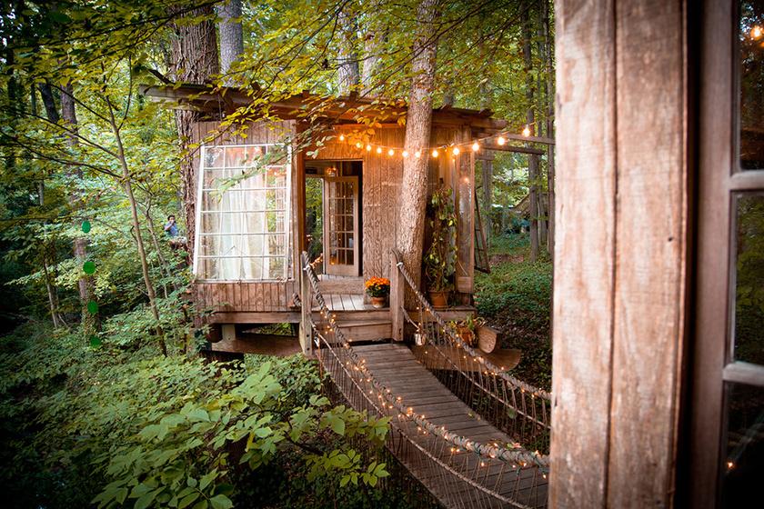 Külön házat jelent a hálószoba, illetve fontos helyiséget jelent a körterasz is, ahol többen is helyet tudnak foglalni.