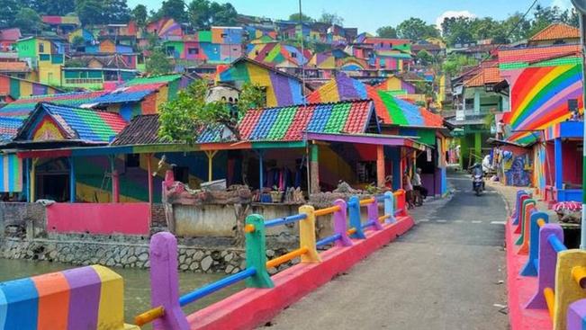 Ez a világ legszínesebb falva, amit a turisták kedvéért pingáltak ki