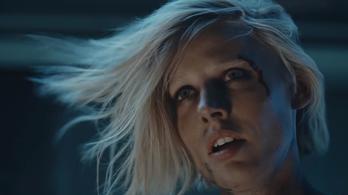 Művégtaggal élő modell püföl el egy rakás férfit a Muse klipjében