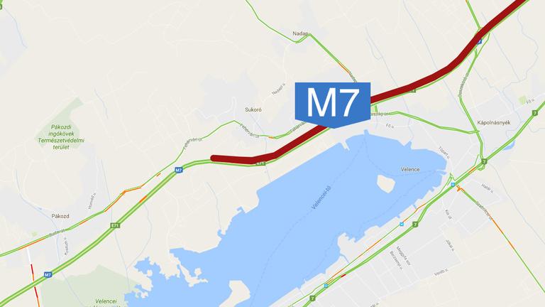 Óriásdugó van az M7-es autópályán