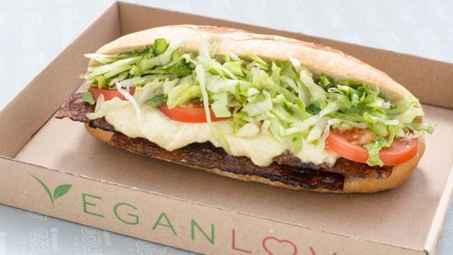 """BLT szendvics vegán majonézzel és rizslapból hosszas procedúrával készített """"baconnel"""""""