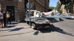 Házfalnak ütközött egy teherautó a Lajos utcában