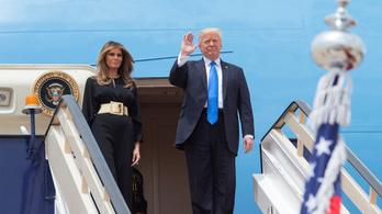 Melania Trump fejkendő nélkül érkezett Szaúd-Arábiába