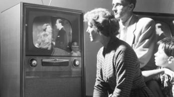 Tévéből és reklámújságból tájékozódik a magyar