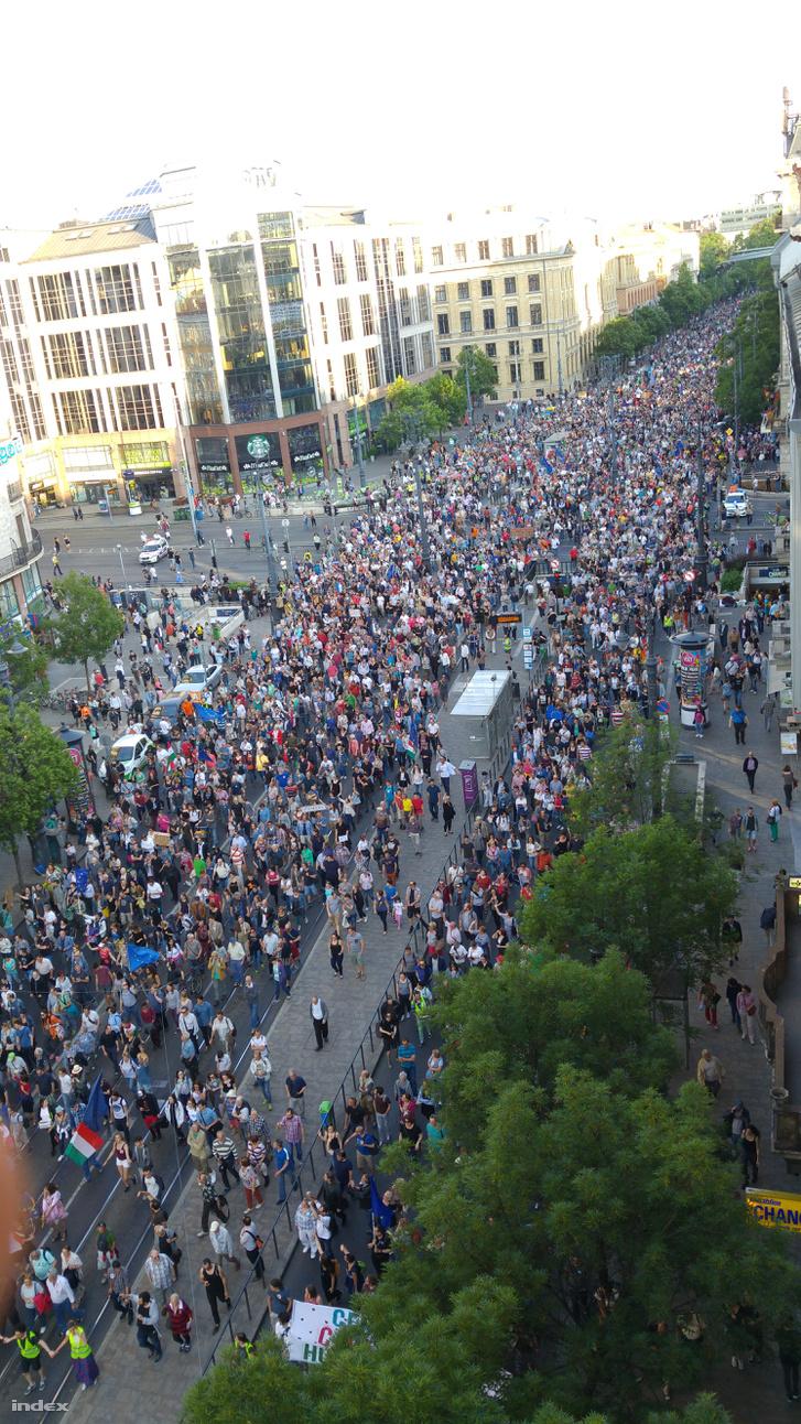 A tüntető tömeg az Astoriánál