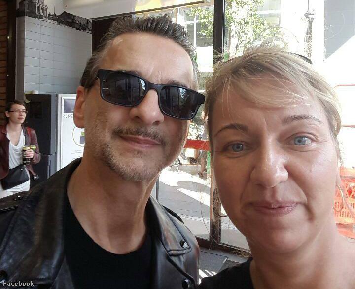 """""""Dave Gahan a CBA-ban! Nem vicc, ma délután egy lelkes DM rajongó hölgy ismerősöm egy budapesti belvárosi CBA előtt futott össze a Depeche Mode énekesével, aki testőrök nélkül ment bevásárolni."""""""