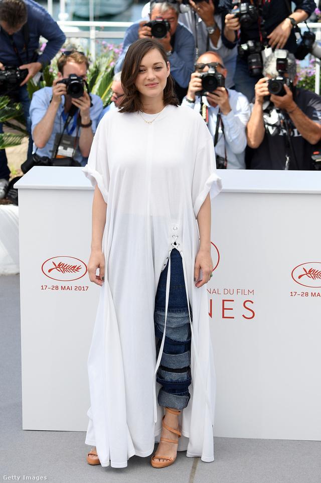 Marion Cotillard a párizsi Y/PROJECT pólóruhájában és farmer nadrágjában jelent meg az 'Ismael's Ghosts' premierjén. A színésznő több divatkritikus szerint is túl lazára vette a figurát Cannesban.