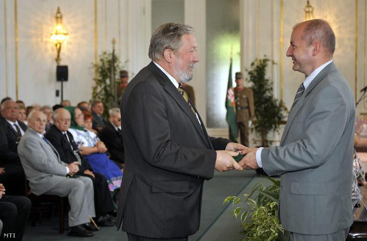 2010. augusztus 18. Simicskó István a honvédelmi minisztérium parlamenti államtitkára (j) a HM Kulturális és Szabadidő Központban tartott augusztus 20.-i állami ünnep alkalmából tartott ünnepségen a honvédelemért kitüntető címet adományozza Nógrádi Lászlónak.