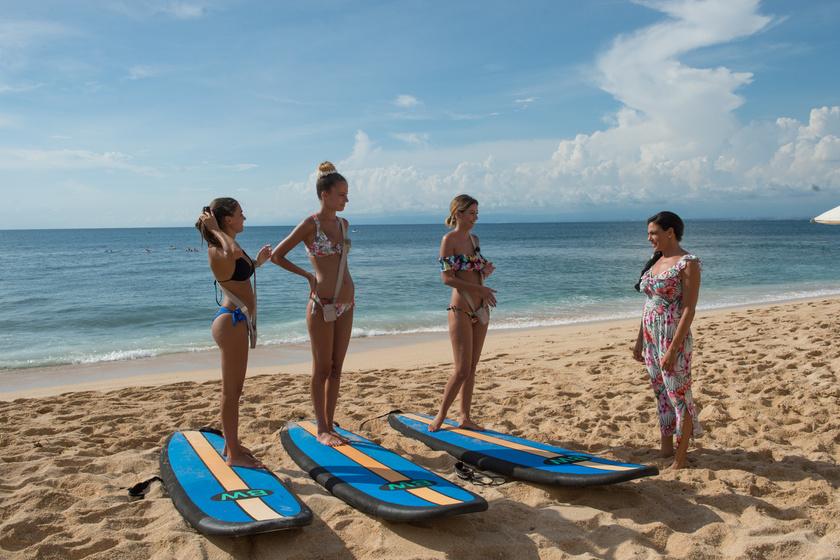 Nehéz döntést kellett meghozniuk a lányoknak a tengerparton.