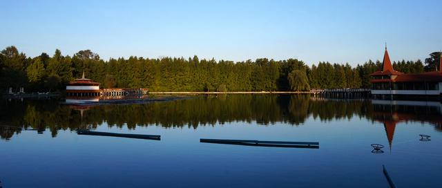 A tükörsima Hévízi-tó naplemente előtt