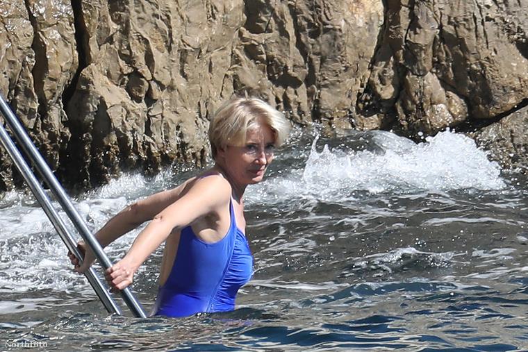 Itt csak Emma Thompsont láthatja, amint vígan fürdik a tengerben.