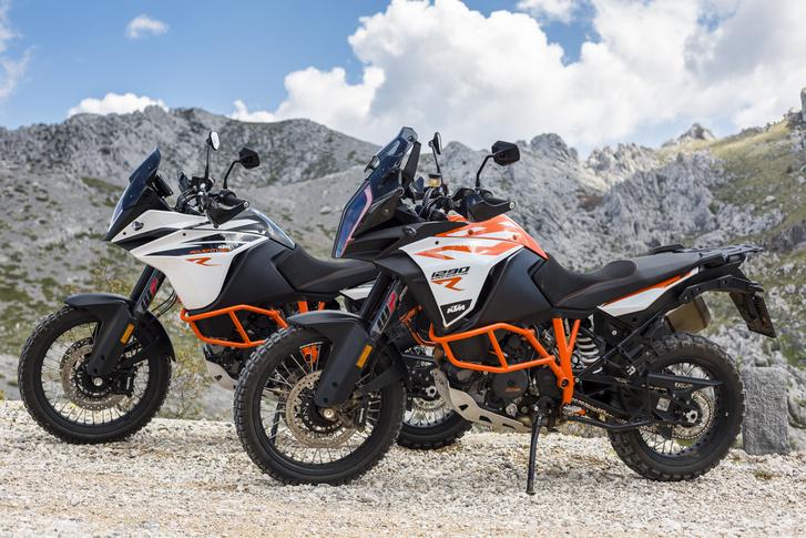 Az R változatok sajátja 21-es első és a 19-es hátsó kerék, a bukócső, a kis plexi, az egyrészes nyereg és a narancs váz