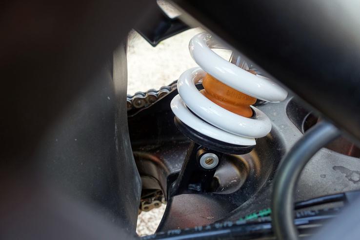 A kettős dugattyúval készülő PDS rugóstag közvetlenül a lengővillára csatlakozik. Eredetileg azért dolgozták ki ezt a megoldást, hogy az endurókkal könnyebb legyen rönkökön átmászni, ne akadjon le a himbarendszer, de mivel itt alul futnak a kipufogócsövek, ez a mutatvány nem ajánlott
