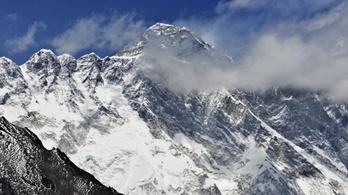 Négy holttestet találtak a serpák a Mount Everesten